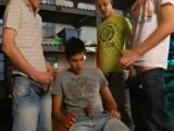 Universitarios montan una orgía porno gay - Orgias