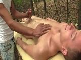 Masaje entre dos gays que termina en una buena follada.. - Masajes