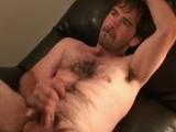 En el sofá, se casca una buena paja este chico peludo..
