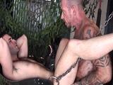 Un tío maduro y tatuado me folla bien fuerte en el columpio - Osos