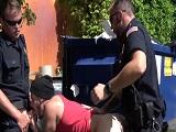 Los dos policías corruptos se follan a un delincuente