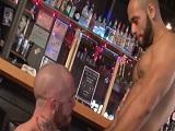 Cliente y camarero se ponen a follar en mitad del bar