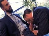Dos empresarios importantes follando en el despacho