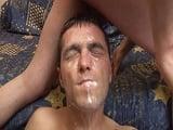 Su amigo le deja la cara llena de leche, que cuadro!