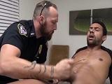 Este policía tiene unos métodos muy duros para los detenidos