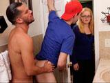 El novio de su madre se la clava bien duro en el lavabo - Heteros