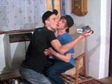 Dos colegas jovencitos se animan a grabar porno gay casero