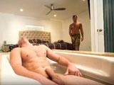 Mi hermanastro desnudo en la ducha, joder que pedazo polla!