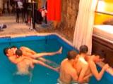 Orgía salvaje en una fiesta en la piscina llena de chicos