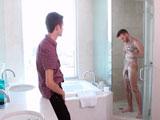 Uno estaba desnudo duchándose, el otro se saco la polla...