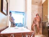Uno se la casca en la ducha y el otro se la casca mirándolo - XXX