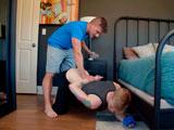 Encontró a su hermano en su habitación olisqueando se ropa