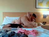 En el viaje en familia les tocó compartir habitación de hotel...