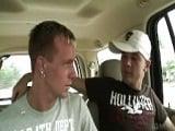 Follada gay en la furgoneta - Folladas A Pelo