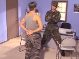 El sargento le folla el culo a su soldado - Heteros